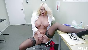 Blonde doctor shows wanting masturbating presently alone in say no to meeting